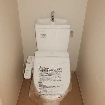 トイレはもちろんウォシュレット完備。※写真は2階の同間取り別部屋のものです