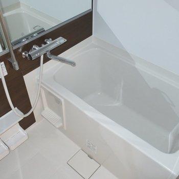 広い浴室でゆったり疲れを癒やしましょ♪※写真は2階の同間取り別部屋のものです