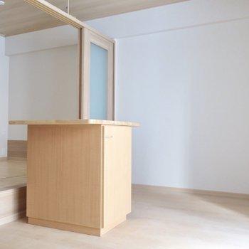 カウンターには椅子を合わせて食卓としても使えそう◎※写真は2階の同間取り別部屋のものです