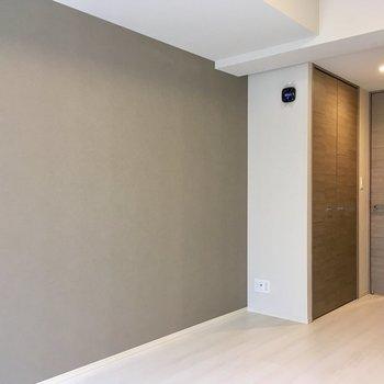 奥のブラウンのドアはクローゼット。※写真は1階同間取り別部屋のものです
