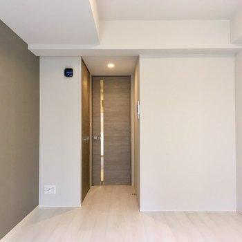 窓側から見ると…キッチンとはしきられています。※写真は1階同間取り別部屋のものです