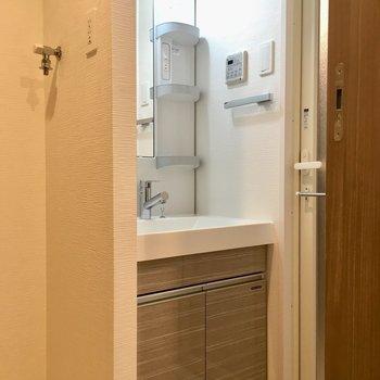 洗濯機置場の横に洗面台。※写真は1階同間取り別部屋のものです
