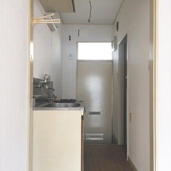 廊下に行ってみましょう。※写真は通電前、クリーニング前のものです※写真は1階の同間取り別部屋のものです。