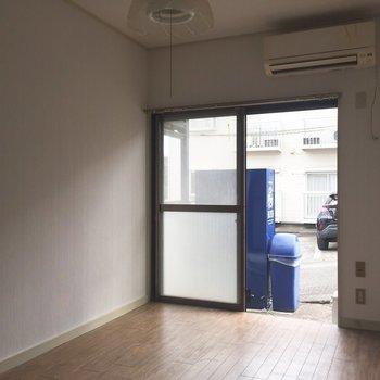 インテリアは小さめに揃えましょう※写真は通電前、クリーニング前のものです※写真は1階の同間取り別部屋のものです。