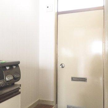 玄関横のスペースにシューズボックスを置きましょう※写真は通電前、クリーニング前のものです※写真は1階の同間取り別部屋のものです。