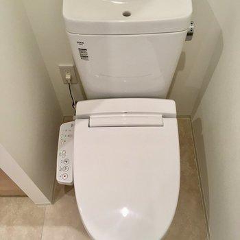 洗面台の右にトイレ。ウォシュレットついてます。※写真は13階の同間取り別部屋のものです