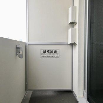 バルコニーは広々。物干し台ありました。※写真は13階の同間取り別部屋のものです