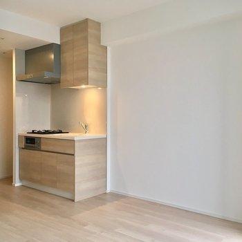 キッチン左に冷蔵庫。※写真は13階の同間取り別部屋のものです