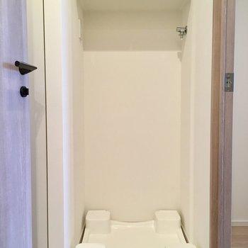 居室を出て右側に洗濯機置場。収納棚あります。※写真は13階の同間取り別部屋のものです
