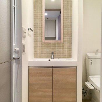 サニタリーへ。入ると正面に洗面台。タイルかわいいっ。※写真は13階の同間取り別部屋のものです