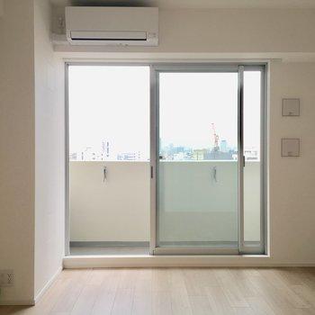 クローゼット側から見ると。エアコンついてます。※写真は13階の同間取り別部屋のものです