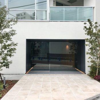マンションの入口。緑がきれいに植えられています。