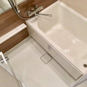 お風呂は浴室乾燥機付き。※写真は13階の同間取り別部屋のものです
