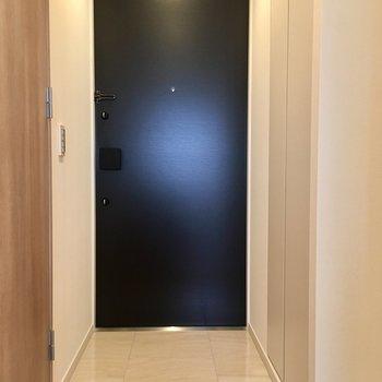 玄関はすっきり。右にシューズボックス。※写真は13階の同間取り別部屋のものです