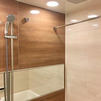 シャワーヘッドは上下にスライドできるんです。※写真は13階の同間取り別部屋のものです