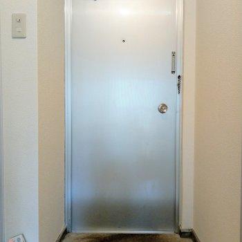 玄関も明るい♬シューズBOXはないので、収納は別に必要!