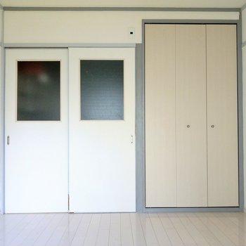 キッチンに続く引き戸も白で統一感◎おとなりはクローゼットです