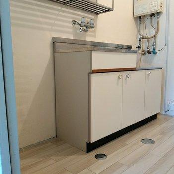 キッチンも白!おとなりに冷蔵庫用のスペースもあります◎