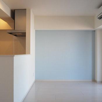 淡い水色のクロスがポイント※写真は6階の似た間取り別部屋のものです
