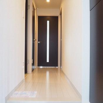 玄関から。センサーで電気が点くタイプ※写真は6階の似た間取り別部屋のものです