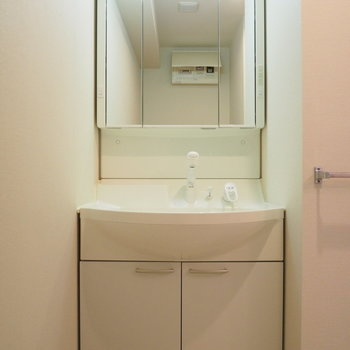 脱衣スペースも広めです※写真は6階の似た間取り別部屋のものです