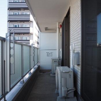 長くて日の当たるバルコニー※写真は6階の似た間取り別部屋のものです