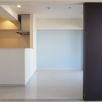 スライドドアを開けっ放しにしても開放的※写真は6階の似た間取り別部屋のものです