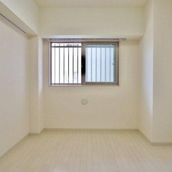 こちらは玄関横のお部屋。6.5畳もあります※写真は6階の似た間取り別部屋のものです