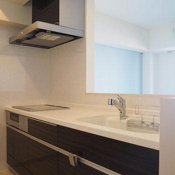 キッチンはIH3口!※写真は6階の似た間取り別部屋のものです