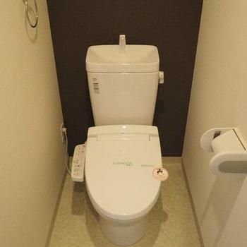 トイレには収納もあります※写真は6階の似た間取り別部屋のものです