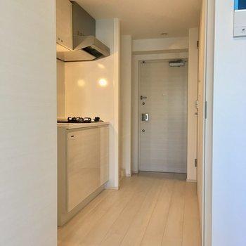 居室に入ると…エアコン付きです。※写真は2階反転間取り別部屋のものです