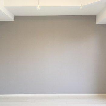 グレーのアクセントクロスで一味違う雰囲気に◎※写真は2階反転間取り別部屋のものです