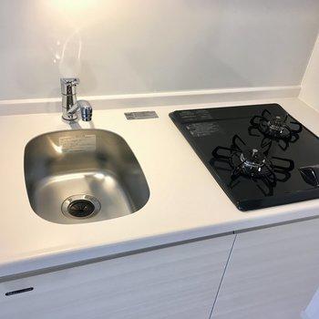 コンパクトなキッチン。※写真は2階反転間取り別部屋のものです