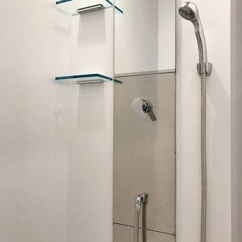 【下階】お風呂はシャワーのみ。ささっとはいれちゃいます