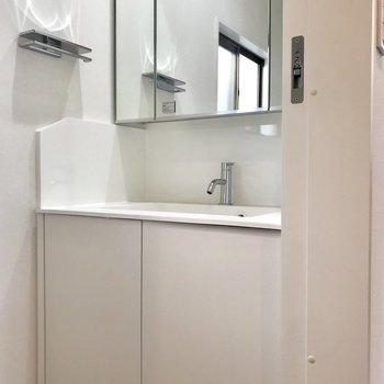 【下階】洗面台が。鏡おおきい!