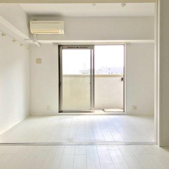 奥の部屋、手前の部屋ともに右側にテレビのアンテナ端子があります。