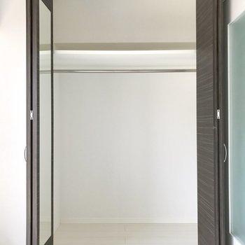 奥行きもあってなかなかの収納力。扉に鏡が付いているから全身を映しながら服選び♬