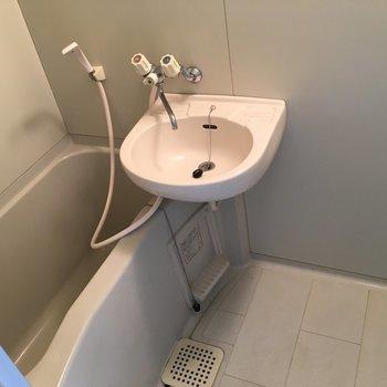 グレーのお風呂は2点セット。鏡もあります。※クリーニング前の写真です。