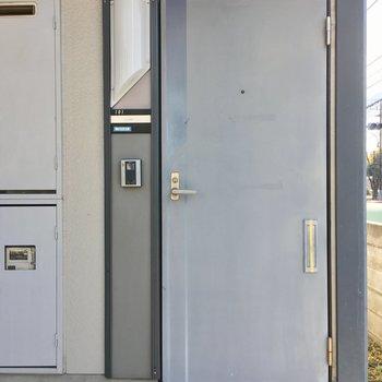 ドアもどこか懐かしい色あせたグレー。