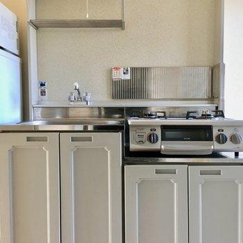グレーのキッチン、レトロかわいい!