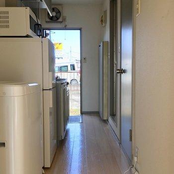 廊下に冷蔵庫洗濯機を並べて。※クリーニング前の写真です。家電は残渣物になります。