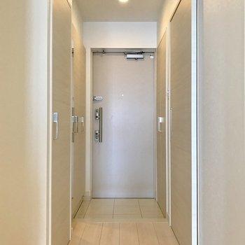 シューズボックスの扉に鏡がついているので出発直前に身だしなみチェックできます◎