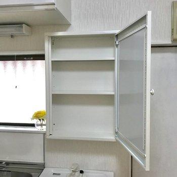 鏡裏のスペースにはスキンケア用品などを。