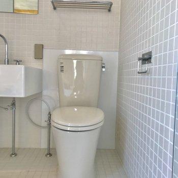 横はトイレでした。