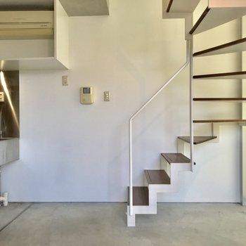 【2F】階段もスラっとかっこいいですね。