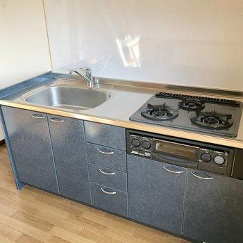ワンルームだとあなどるなかれ。見よ!この広々システムキッチンを。