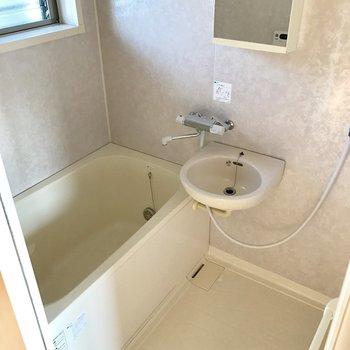 バスルームに窓が付いてます!