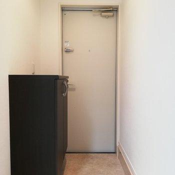 玄関は少し奥まっているので、お部屋が丸見えになることはありません※写真はクリーニング前のものです。