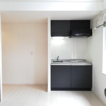 キッチンは玄関側にあります※写真はクリーニング前のものです。