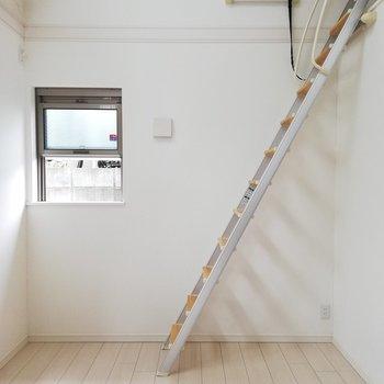 ロフトへ続くはしごは、壁に立てかけることができます※写真はクリーニング前のものです。